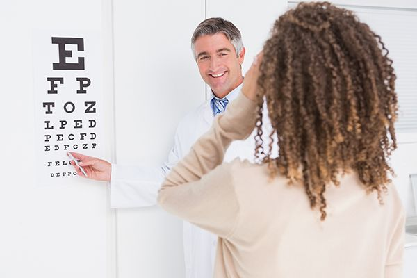 Woman-doing-eye-test-with-optometrist